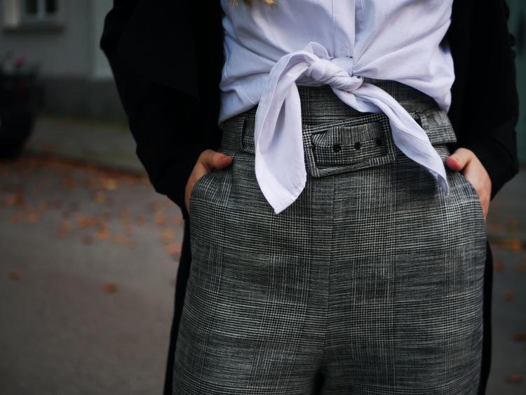 Edited Mantel, Zara High Waist Stoffhose mit Gürtel und Glitzer-Stiefeletten Detail Shot