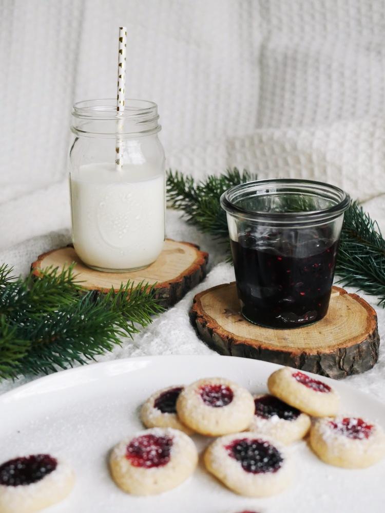 Engelsaugen Plätzchen mit Marmelade und Milch