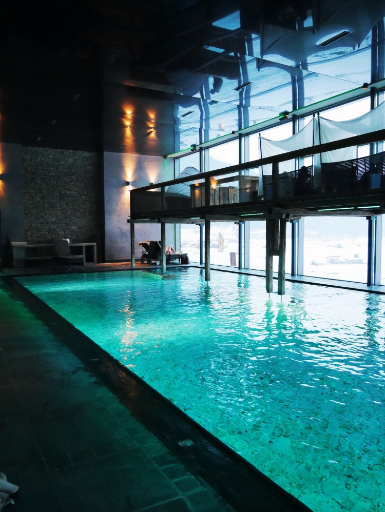 Indoor Pool mit Panoramaglasfront
