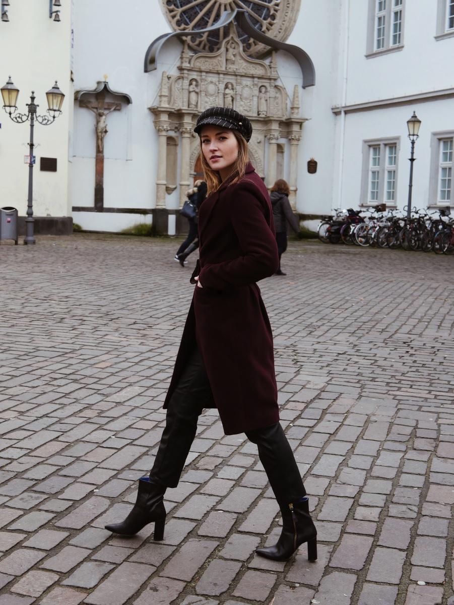 Roter Mantel, Lederhose, Vintage Belt Bag und spitze Stiefeletten