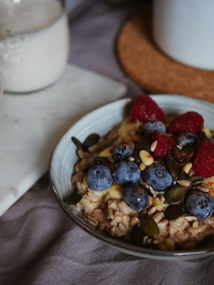 Vanille Porridge mit Beeren und Zimt