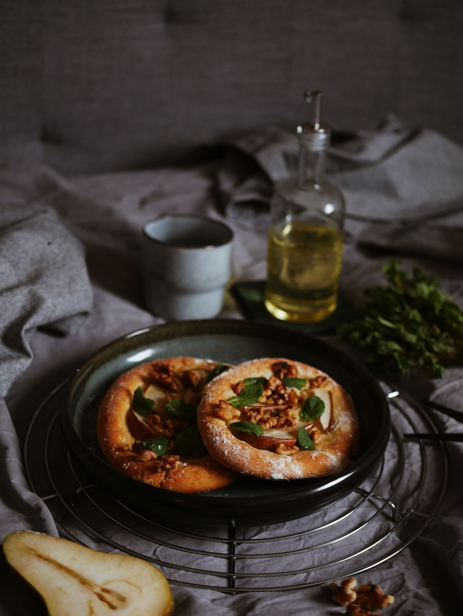 Walnuss-Birnen-Focaccia mit Minze und Honig