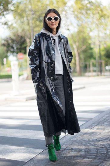 Vinyl-Trenchcoat mit Sweater und Jeans