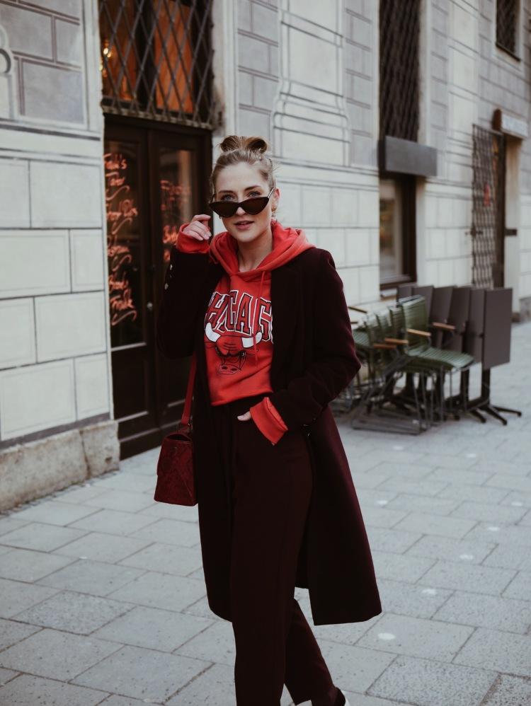 Cropped Chicago Bulls Sweater, Tomboy Mantel und Cat Eye Sonnenbrille