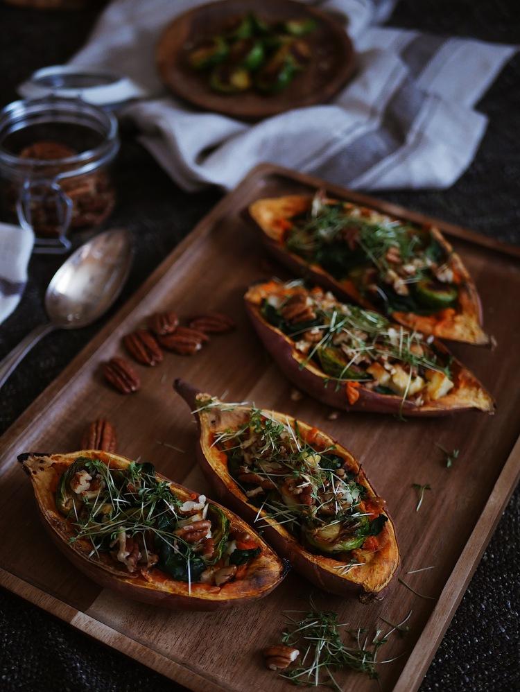Gefüllte Süßkartoffeln mit Rosenkohl, Haloumi und Blattspinat
