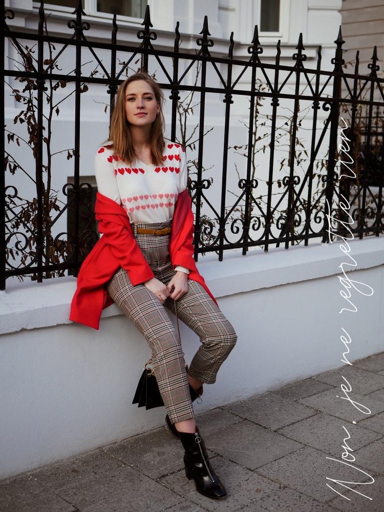 Roter Blazer-Mantel, Herzpullover und Karo Hose